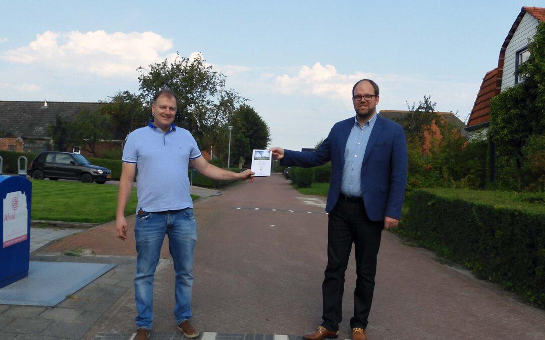 Voorzitter Dorpsbelang Oudeschip Jaap Kap overhandigt de dorpsvisie aan wethouder Eltjo Dijkhuis